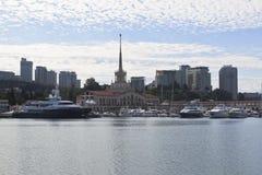 Sikt av havsstationen i staden av Sochi per försommarmorgon Arkivfoto