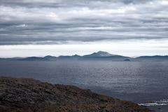 Sikt av Hebridean öar från Tiree Royaltyfria Bilder