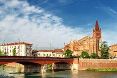 Sikt av helgonen Fermo och Rustico från den Adige floden verona Royaltyfri Foto