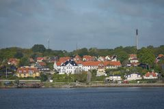 Sikt av Helsingor eller Elsinore från den Oresund kanalen i Danmark arkivbilder