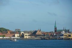 Sikt av Helsingor eller Elsinore från den Oresund kanalen i Danmark royaltyfria bilder