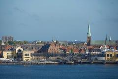 Sikt av Helsingor eller Elsinore från den Oresund kanalen i Danmark royaltyfria foton