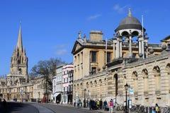Sikt av högskolor längs storgatan, Oxford. Royaltyfri Fotografi