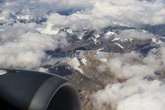 Sikt av Himalayasbergskedjan från flygplanfönstret Nytt Delhi-Leh flyg, Indien Arkivfoto