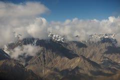 Sikt av Himalayasbergskedjan från flygplanfönstret Nytt Delhi-Leh flyg, Indien Arkivbild