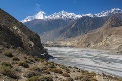 Sikt av himalayasna Dhaulagiri och byn av Jomsom fotografering för bildbyråer