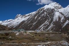 Sikt av himalayasna från de omgeende byarna Machhermo Arkivbild