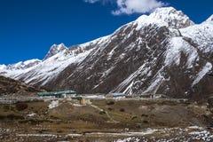 Sikt av himalayasna från de omgeende byarna Machhermo Royaltyfri Fotografi