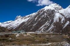 Sikt av himalayasna från de omgeende byarna Machhermo Arkivfoton