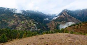 Sikt av himalayasna nära den Junbesi byn på vägen från Jiri till Everest, Nepal Royaltyfria Foton
