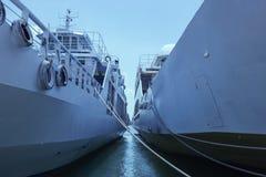 Sikt av himlen mellan två skepp Grekland Arkivbild