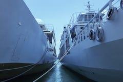 Sikt av himlen mellan två skepp Grekland Fotografering för Bildbyråer