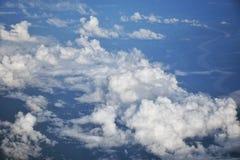 Sikt av himlen och molnen från flygplanfönstret Arkivbilder