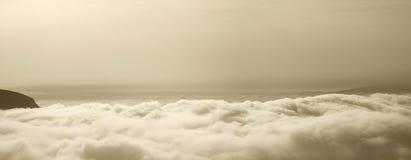 Sikt av himlen ovanför molnen i sepiasignal Royaltyfria Foton