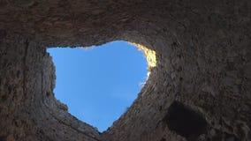 Sikt av himlen till och med väggarna av tornet stock video