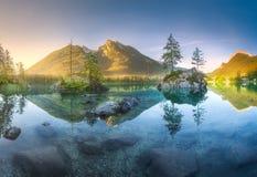 Sikt av Hintersee sjön i bayerska fjällängar, Tyskland arkivfoto