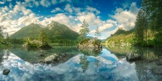 Sikt av Hintersee sjön i bayerska fjällängar, Tyskland royaltyfri bild