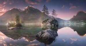 Sikt av Hintersee sjön i bayerska fjällängar, Tyskland royaltyfria foton