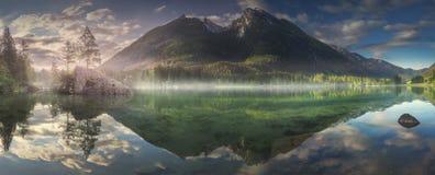 Sikt av Hintersee sjön i bayerska fjällängar, Tyskland royaltyfria bilder