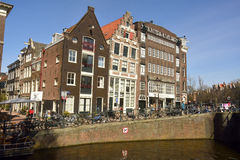 Sikt av historisk bostads- och kommersiell byggnad på hörnet av Prinsengracht och Egelantiers grachtkanal i Amsterdam Royaltyfria Foton