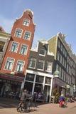 Sikt av historiska bostads- och kommersiella byggnader på hörnet av Prinsengracht och Bloemgracht i Amsterdam Arkivfoto