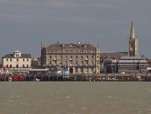 Sikt av historiska byggnader på den Harwich sjösidan Arkivfoto