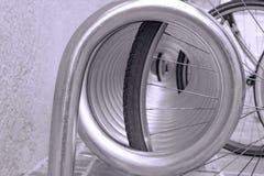 Sikt av hjulen av cyklar som står i cykelparkeringen arkivbilder