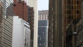 Sikt av Hong Kong stadsbyggnader från en spårvagn arkivfilmer