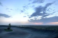 Sikt av horisonten efter solnedgång i en industriell region Royaltyfria Foton