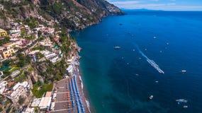 Sikt av horisonten, havet, havet vaggar och berg, fartyg och skepp, rekreation och ferier i Europa, Italien St?lle f?r arkivfoto