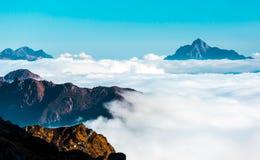 Sikt av horisonten som täckas av molnlagret i höga berg Royaltyfri Foto