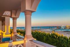 Sikt av hotel'srekreationsområdet på stranden och havskusten, palmträd under den blåa himlen av en solig dag royaltyfri foto