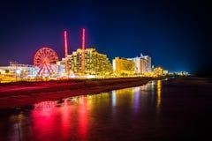 Sikt av hotell och ritter längs strandpromenaden på natten royaltyfri fotografi