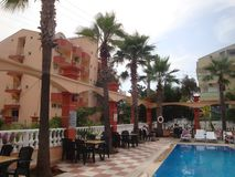 Sikt av hotellet och pölen royaltyfria foton