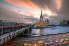 Sikt av hotellet Ukraina med snabba springmoln och ljus tru Royaltyfri Fotografi