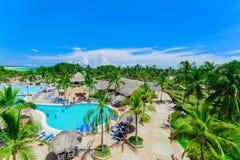 Sikt av hotelljordning och folk som kopplar av i simbassäng och tycker om deras tid Arkivfoton