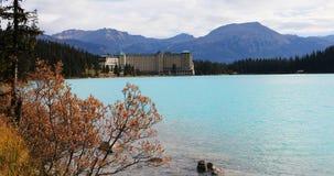 Sikt av hotellsemesterorten på Lake Louise nära Banff, Kanada 4K lager videofilmer