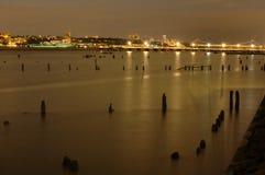 Sikt av Hudson River och nytt - ärmlös tröja på natten från Manhattan i New York City Arkivfoto