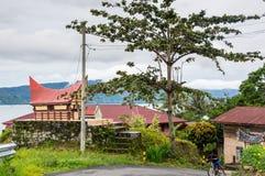 Sikt av hus av byn Tuktuk på ön Samosir Royaltyfri Bild