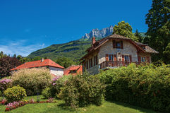 Sikt av hus i byn av Talloires, bredvid sjön av Annecy royaltyfri foto