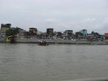 Sikt av hus och färjan längs den Pasig floden, Manila, Filippinerna royaltyfri foto
