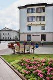 Sikt av hus och gräsmatta i mitten av Grodno Arkivbild