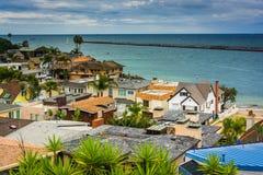 Sikt av hus och Stilla havet Royaltyfria Foton
