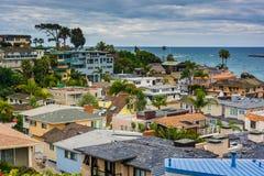 Sikt av hus och Stilla havet i Corona del Mar Arkivfoton