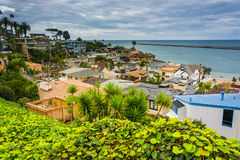 Sikt av hus och Stilla havet i Corona del Mar Arkivbild