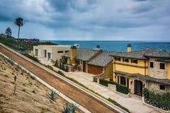 Sikt av hus och Stilla havet i Corona del Mar Arkivfoto