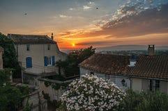 Sikt av hus på soluppgång i byn av Chateauneuf-de-Gadagne Royaltyfri Fotografi