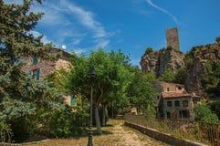 Sikt av hus som vänder mot trädgården och klippan i Châteaudouble Arkivfoton