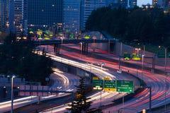 Sikt av huvudvägen i Seattle under nattetid Fotografering för Bildbyråer