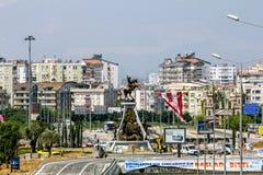 Sikt av huvudvägen och monumentet till Ataturk i Antalya Royaltyfri Foto